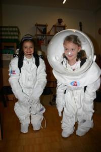"""Kinderastronautenanzüge: """"Vielleicht die ersten Marsastronautinnen? Kindergartenkinder erlenen im spielerischen Umgang mit """"Astronautenanzügen"""" Grundlagen der Astronomie"""""""