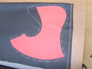 auf dem Unterwäsche-Stoff aufgezeichnetes Schnittmuster der Kappe