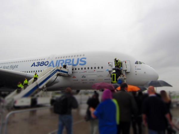 Spacetweeps visiting A380. Quite heavy rainshowers.