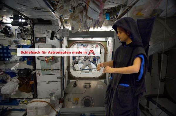 ISS-Sleep-Kit, dem Astronautenschlafsack (2011 für ALR der FFG) made in Austria (c) Hintergrund courtesy of NASA, Schlafsack: LIQUIFER Systems Group.
