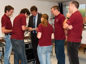 Peter Buhmann von LANCOM systems erklärt die Hardware den ÖWF Mitgliedern.