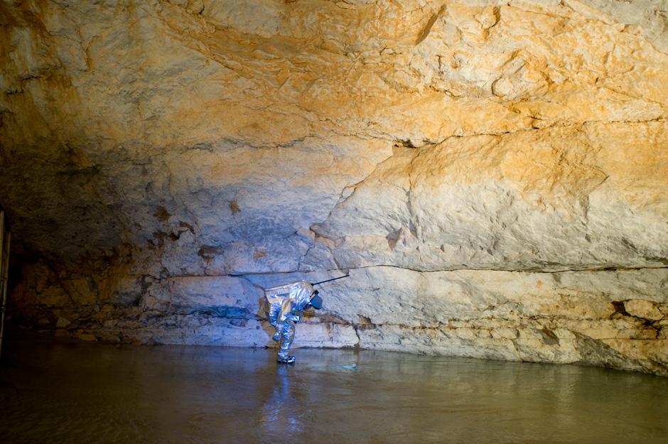 An vielen Stellen ist die Höhle zu niedrig für die lange Antenne des Suittester, deshalb muss dieser oft gebückt gehen. (c) OEWF (Katja Zanella-Kux)