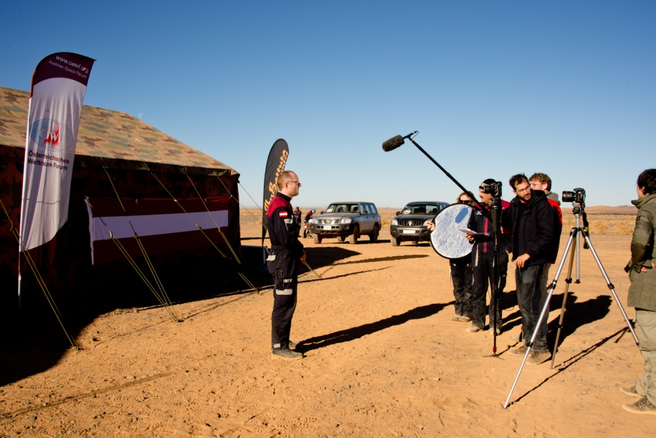 An important part of preparation week in the desert is working with various media. (c) OeWF (Katja Zanella-Kux)