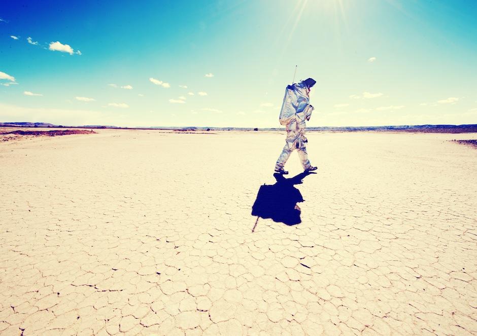 Ein Analog-Astronaut überquert eine Salztonebene. (c) OeWF (Katja Zanella-Kux)