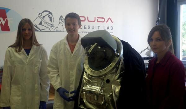 von links: Carina, Lukas, Aouda.X mit neuem Helm, Melissa