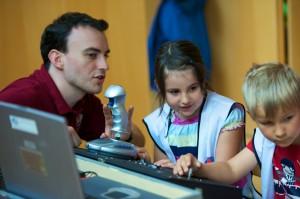 Analogastronaut Ulrich Luger erklärt Kindergartenkindern die Funktionsweise des Dignity-Rovers.