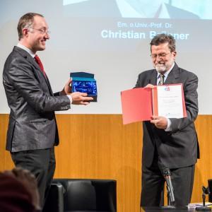 Dr. Gernot Grömer überreicht Em. Univ.-Prof. Dr. Christian Brünner den Polarsternpreis 2015. (c) Karola Riegler