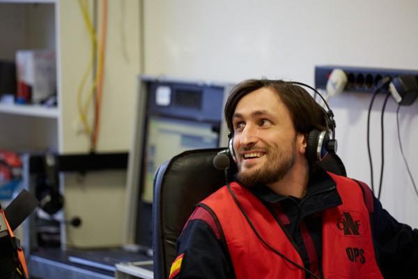 """Analog-Astronaut Inigo Munoz an der OPS Konsole, welche in Verbindung mit der """"Erde"""" steht. (c) ÖWF (Paul Santek)"""