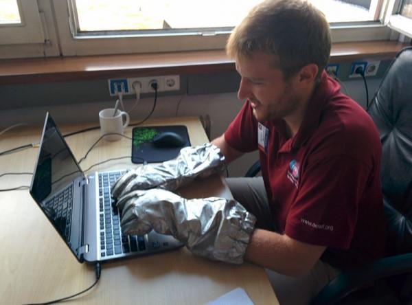 Praktisch am Mars, aber stört beim Tippen: Der Aouda-Handschuh
