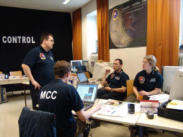 Flugdirektor Willibald Stumptner (stehend) in Diskussion mit den Experimenten Principal Investigators