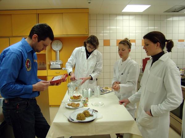 Analog-Astronaut C. Kandler verkostest die von Ernährungsexperten erstellen Menüs.