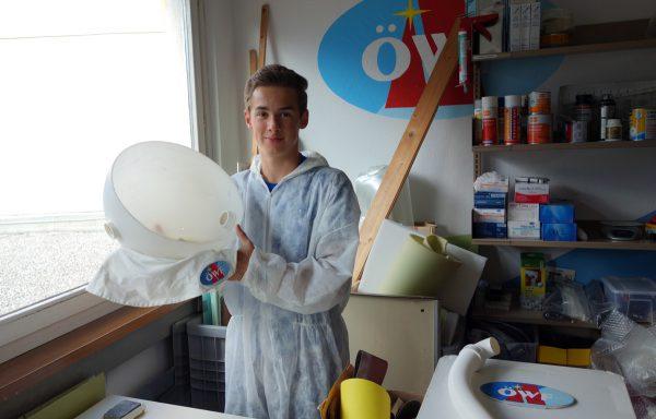 Martin Zwifl bei der Überarbeitung der Kinderraumanzüge
