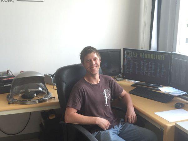 Daniel beim Programmieren eines Skriptes für den Simulationsanzug (c) ÖWF