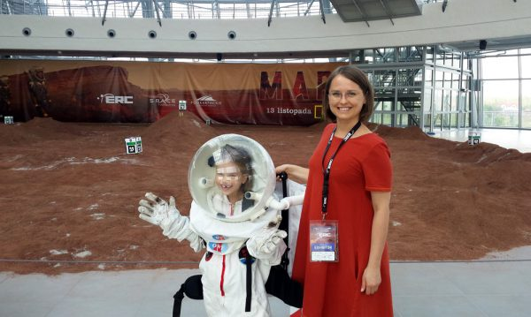 ÖWF Mitglied Anna Łosiak mit einer jungen Entdeckerin (c) ÖWF