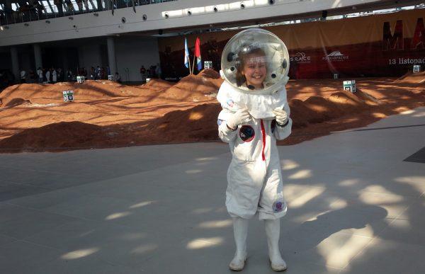 Eine junge Astronautin im ÖWF Kinderraumanzug (c) ÖWF