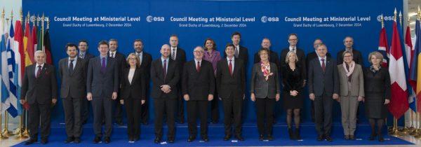 Die für Raumfahrt zuständigen Ministerinnen und Minister während der Ministerratskonferenz 2014. Für Österreich war Alois Stöger, damaliger Bundesminister für Verkehr, Innovation und Technologie (vorne, dritter von rechts) dabei (c) ESA