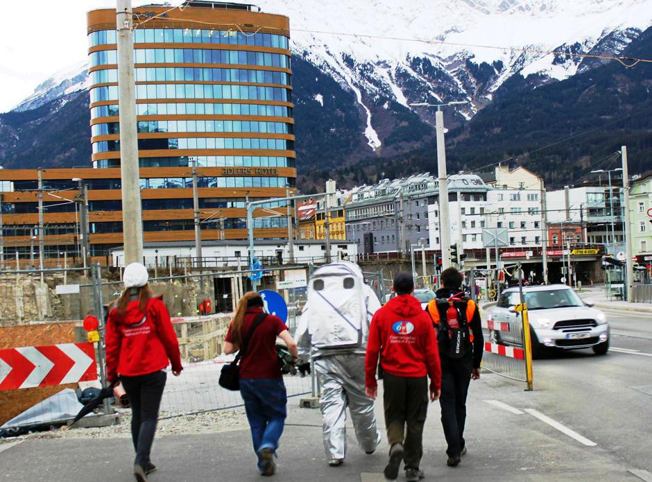 Stadtspaziergang in Innsbruck mit einem Raumanzugssimulator