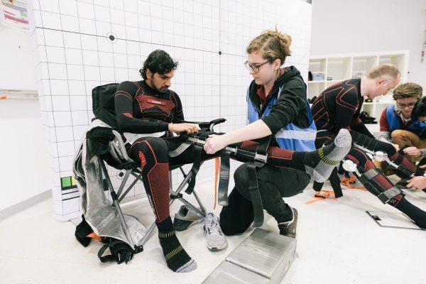 Donning des Exoskeletts während 17A Testkampagne (c) ÖWF (Florian Voggeneder)