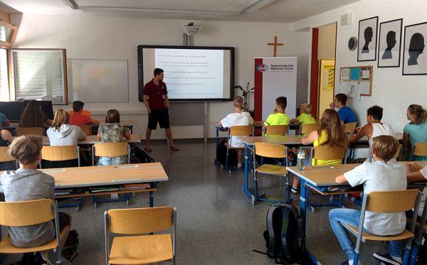 Marco Castelpietra bei einem Schulvortrag über Raketen & Planeten