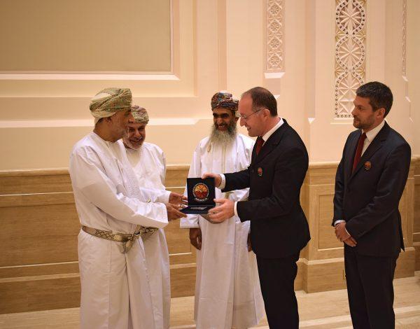 Überreichung eines symbolischen Geschenks: Ein Stück des Außenhülle des Aouda Raumanzugsimulators. (v.l) Seine Hoheit Sayyid Shihab bin Tariq Al Said (Berater Seiner Majestät dem Sultan vom Oman und Mitglieder der königlichen Familie), Seine Exzellenz Prof. Dr. Khattab Al Hinai (Vize-Präsident des Oman State Council und Vorsitzender des AMADEE-18 Oman National Steering Comittee), Prof. Dr. Saleh Al Shidhani (Präsident der Oman Astronomical Society), Dr. Gernot Grömer (Präsident Österreichisches Weltraum Forum), Mag. Alexander Soucek (Vize-Präsident Österreichisches Weltraum Forum)