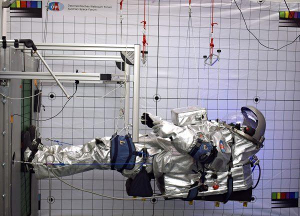 Dr. Carmen Köhler in der Aouda.X bei der Gravitationssimulation am DLR