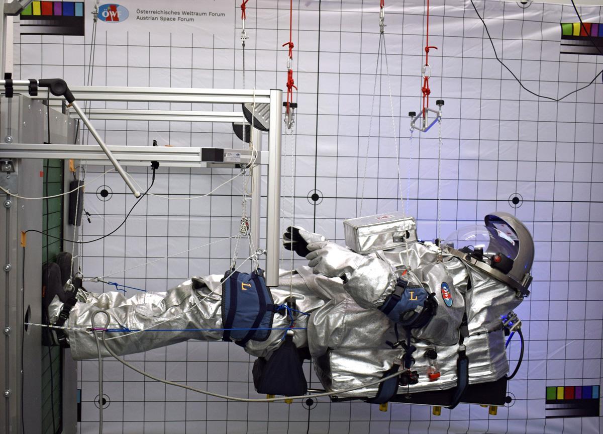 Analog Astronauti Carmen Köhler on the vertical treadmill