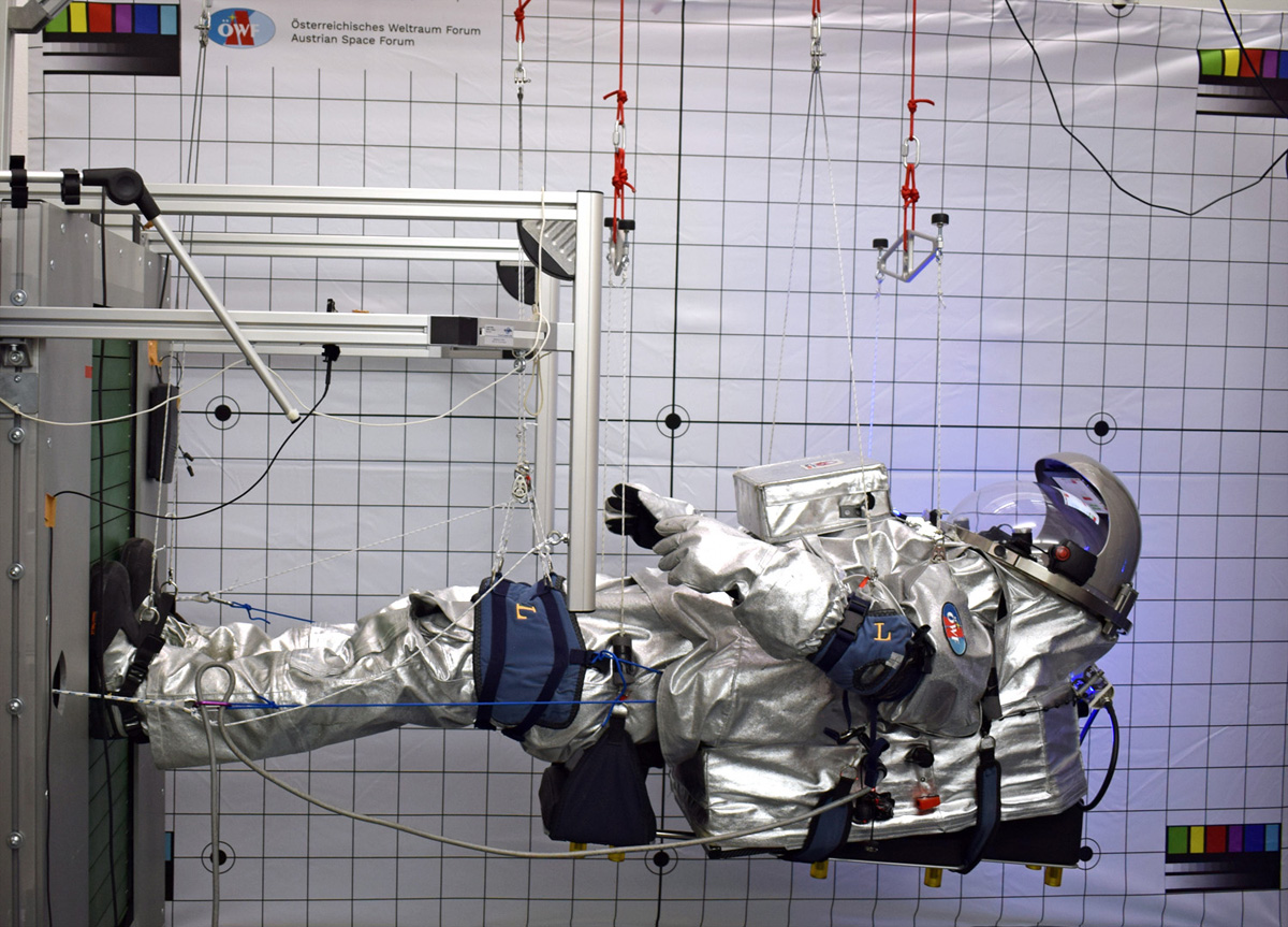 Analog-Astronautin Carmen Köhler auf dem vertikalen Laufband