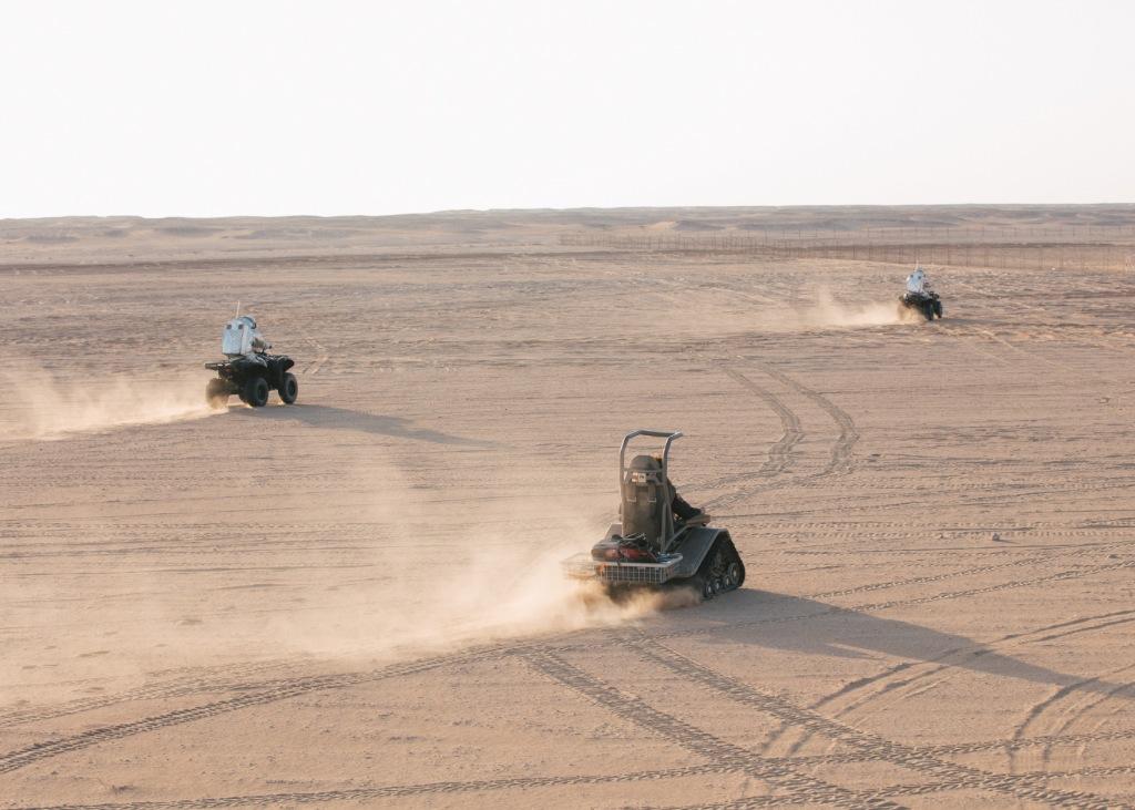 Fahrzeuge auf EVA in der Wüste. Foto: (c) OeWF (Florian Voggeneder)