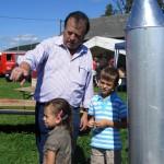 Besucher bei Raketenmodell