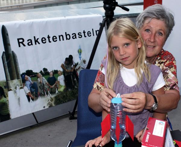 Jung & alt haben Spaß bei der ÖWF Wasserrakten-Bastel Station