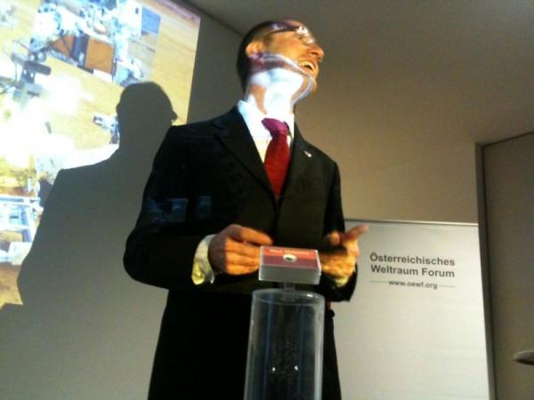 Überraschung für das ÖWF Team: G. Grömer überreicht einen Mars Meteoriten für das Labor