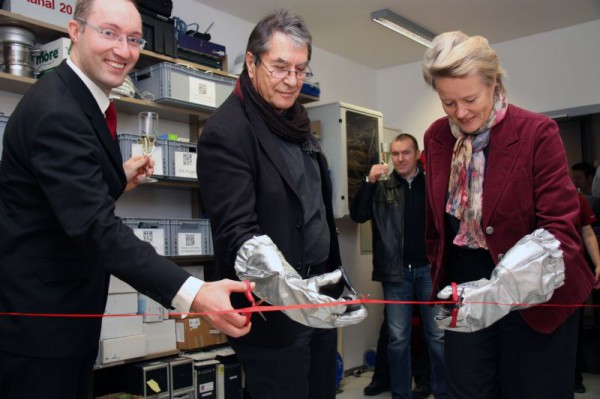 ÖWF-Vorstand Gernot Grömer, Vizerektor Arnold Klotz und die Leiterin des Instituts für Astro- und Teilchenphysik Prof. Sabine Schindler durchschneiden symbolisch das Band vor dem Eingang zum neuen Labor. (c) Universität Innsbruck