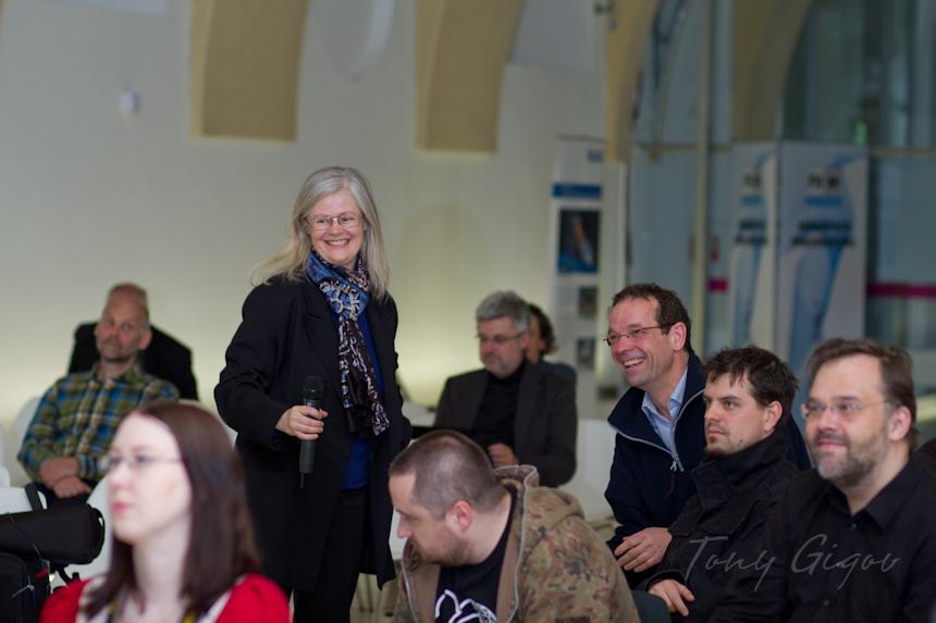 Maria Pflug-Hofmayr in mitten der Yuris Night Besucher 2011 (c) Tony Gigov