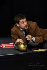 Alexander Soucek erläutert den Besuchern der Yuris Night 2011 die Faszination Erdbeobachtung (c) Tony Gigov
