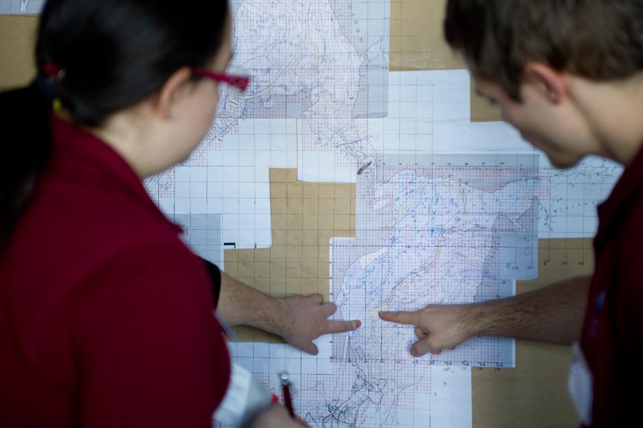 Alejandra Sans & Reinhard Tlustos diskutieren die EVA Planung in der OPS (c) OEWF (Katja Zanella-Kux)