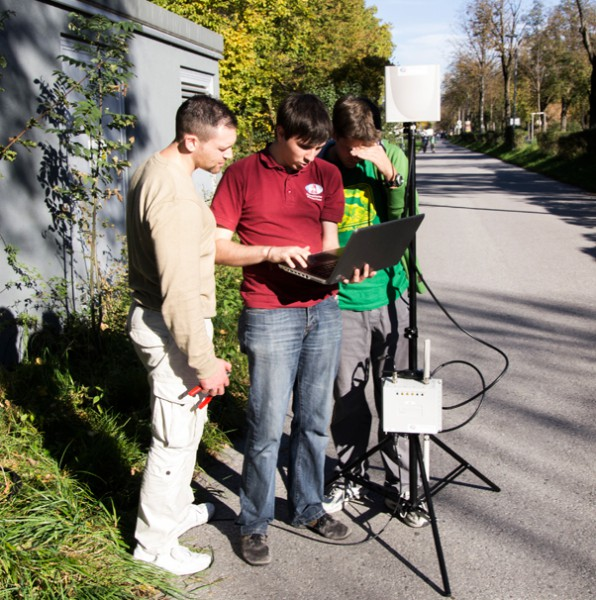 Sebastian Sams (Mitte) erklärt Daniel Bergmeister (links) und Christoph Gautsch (rechts) die W-LAN Konfiguration. (c) OEWF (Paul Santek)