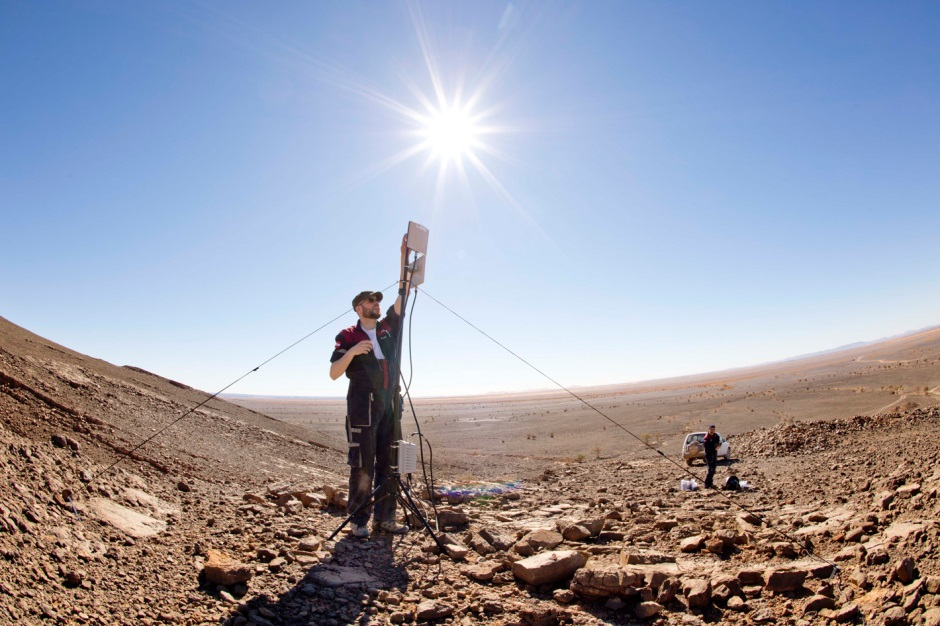 Setting up our own WLAN in the desert to cover experiments area. (c) OeWF (Katja Zanella-Kux)