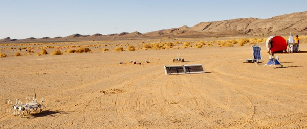 Die beiden Solarzellen des Peniculus Experiment inMarokko gemeinsam mit anderen MARS2013 Experimenten.(c) ÖWF (Katja Zanella-Kux)