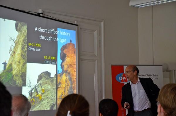 Alain Souchier erklärt Cliffbot experiment (c) ÖWF (Rafael Stanuch)