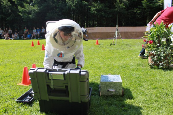 Der TOBI-Rover (silberne kleine Box) wird im Rahmen der DELTA-Competition von den Jugendlichen des Space Camps unter Zeitdruck repariert.