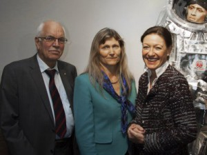 "Dr. Eckhard Schulz, Gründer AUDIOVERSUM, Dr. Ingeborg Hochmair, CEO MED-EL und Dr. Christina Beste, Head of AUDIOVERSUM (v.l.n.r.) bei der Premiere der neuen Sonderausstellung ""Sounds Of Space"". Fotocredit: AUDIOVERSUM"