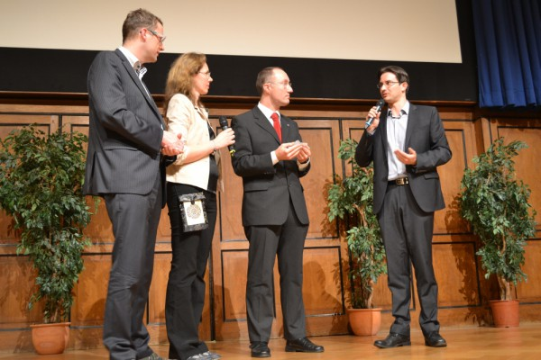 Handover crystal during Yuri's Night 2014 in Vienna (c) OeWF (Klaus Kornfeld)
