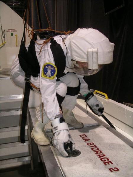 """Biance Neureiter während eines """"EVA"""" beim Spacecamp 2010"""
