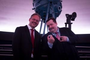 Michael Taraba, ÖWF übergibt den Tiuterra Kristall an Werner Gruber, Direktor des Planetariums Wien (c) ÖWF (Reinhard Tlustos)