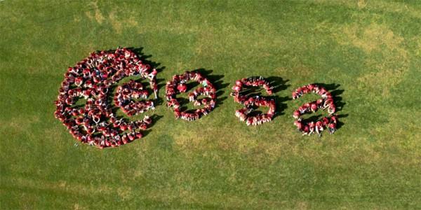 Luftaufnahme: ESA Spacecamp Teilnehmer bilden ESA Logo nach