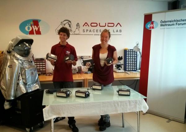 Michael Müller (links) und Veronika Koch (rechts) mit den neuen AkkuPower Akkus im PolAres Raumanzugslabor, Innsbruck