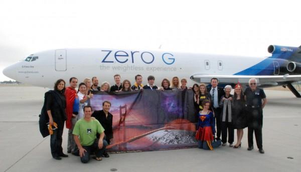 ÖWF Mitglied Olivia Haider (7. v. rechts) flog 2009 im Rahmen ihrer ISU (International Space University) Ausbildung bereits mit der ZERO-G Corporation 15 Parabeln (1 Marsparabel, 2 Mondparabeln und 13 Schwereloskigkeitsparablen.  ISU Gruppenfoto vor dem ZERO-G Flugzeug (Boing 727).