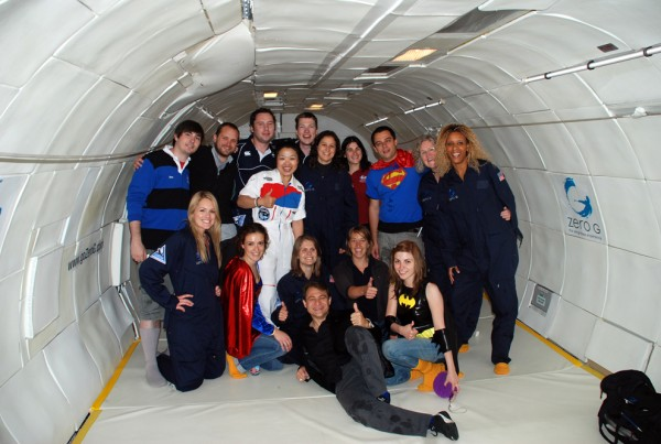 ISU Gruppenfoto mit Zero-G Corporation Gründer Peter Diamandis (vorne Mitte) und ÖWF Mitglied Olivia Haider (4. v. rechts stehend) nach dem Parabelflug.