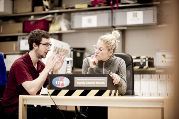 Rover-Test Station: Benedikt Stingl (links) erklärt einer Kandidatin die Aufgabe. Foto: ÖWF (Katja Zanella-Kux)