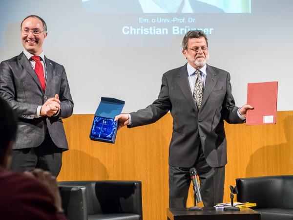 Von links: Dr. Gernot Grömer, ÖWF und Em. Univ.-Prof. Dr. Christian Brünner, Polarsternpreisträger 2015 (c) Karolo Riegler